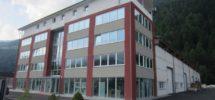 Wipptal: Große Gewerbehalle mit Bürogebäude
